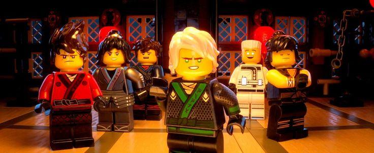 Alors que Lego Batman Le Film sort aujourd'hui dans toutes les salles de cinéma de l'hexagone, Warner Bros a annoncé la sortie prochaine d'un autre film issu d'un autre univers de la marque danoise. Attendu pour le 11 Octobre prochain dans les salles obscures du pays, Lego Ninjago Le Film mettra en scène les jeunes disciples du Spinjitsu et Sensei Wu qui vont devoir faire face une nouvelle fois à Garmadon et protéger la ville de Ninjago City.