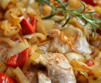 Szybki indyk z warzywami. Pierś indyka w cebuli z rozmarynem