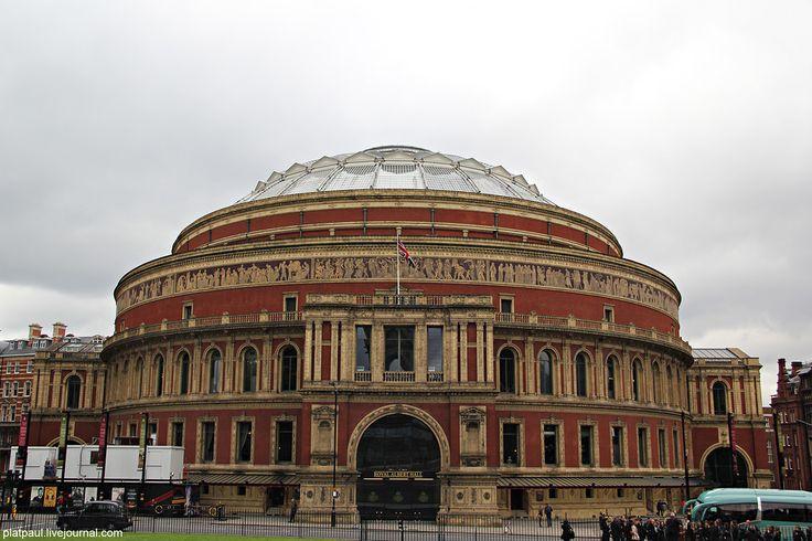 Альберт - Холл  -   официально он называется   Лондонский королевский зал искусств и наук имени Альберта  (проще Альберт-холл,) - наиболее престижный концертный зал Великобритании.