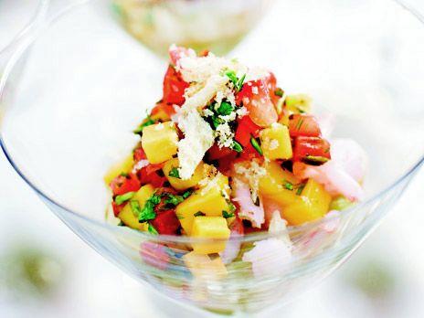 Räkcocktail med asiatisk touche med chili, mango, avokadokräm och koriander. Recept från kokboken Fest, mat och kärlek.