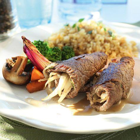Lövbiffsrulader med fyllning av skinka, lök och timjan. Servera med bulgur och dina favoritgrönsaker!