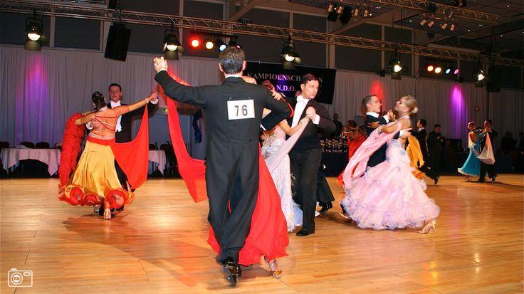 Ballroom dansen is eigenlijk een verzameling van allerhande soorten dansen die in een danshal worden uitgevoerd. Een van de meest voorkomende dansen is hierbij de quickstep. De kenmerkende eigenschappen van deze dans zijn het naadloze, ineenvloeiend karakter, alsook de progressie, waarbij men gebruik maakt van werkelijk de hele dansvloer die men ter beschikking heeft. Bij ballroom dansen is men altijd per twee, men is dus altijd vergezeld van een danspartner die samen met U een vooraf…