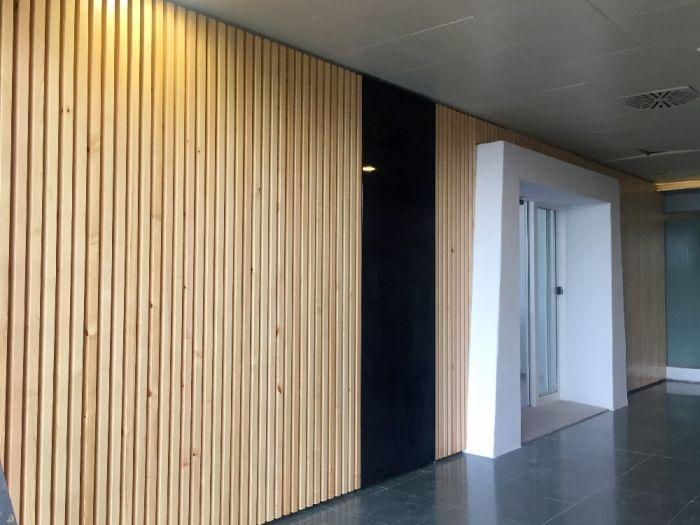 Revestimiento De Pared Realizado Con Listones Macizos De Pino Diseño Madera Arquitectura En Madera Revestimiento Madera