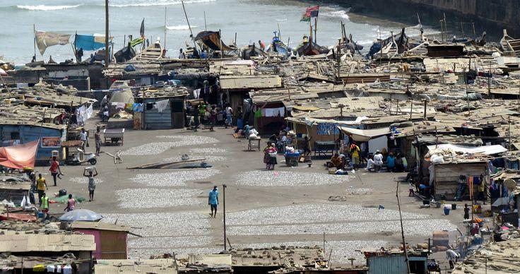Vanaf de vuurtoren in Accra heb je een prachtig uitzicht . Ook op Jamestown een visserswijkje aan de voet van de toren waar de mensen in plankenhouten en golfplaten huisjes wonen en leven van de visvangst . Hier zie je het pleintje waar iedereen omheen... - Accra, Ghana | Columbus Travel