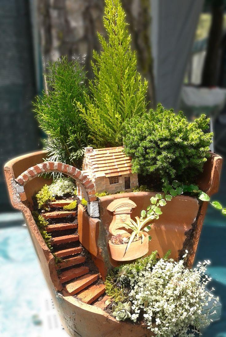 Broken pot fairy garden, bricks house from italy. Vaso rotto con piante e casetta in mattoncini.