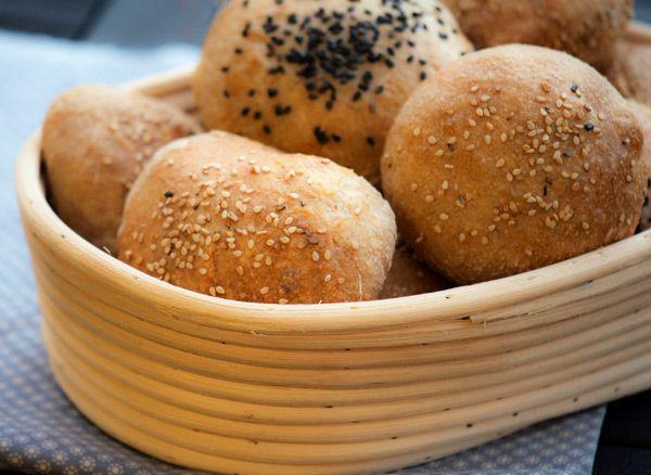 Disse lækre burgerboller er lige kommet ud af ovnen og om lidt, vil vi, til aftensmaden, fylde dem med det lækreste møre lammekød, masser tzatziki og andre skønne ting – græske burgere skal på menuen! Uhm, jeg glæder mig! Både til at spise den og til at dele … Læs resten →