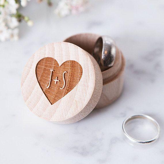 Personalisierte Holzbox für Eheringe, ein tolles Geschenk. Findest du auf Etsy.