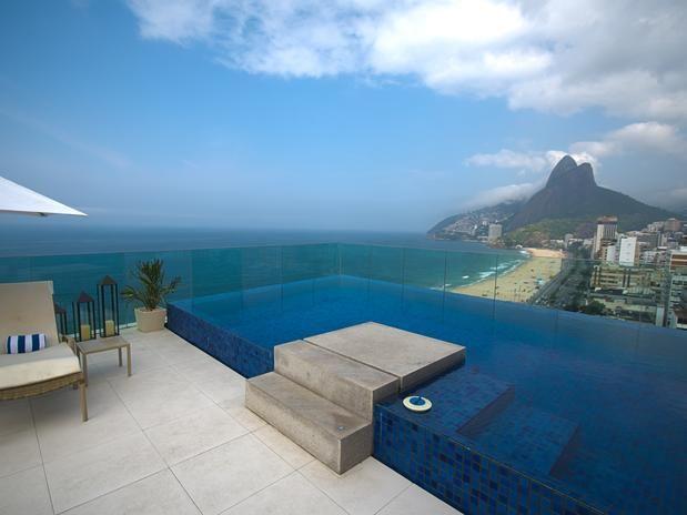 Borda infinita, natureza e fonte: veja ideias de piscinas sofisticadas - Terra Brasil