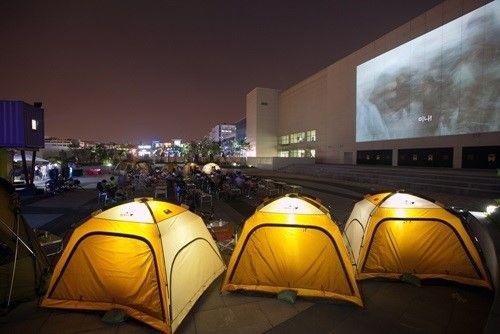 심야 야외영화관 - 캠핑시네마 오픈M 텐트 안이나 캠핑 의자에 앉아 그릴 메뉴와 함께 영화를 감상할 수 있다.