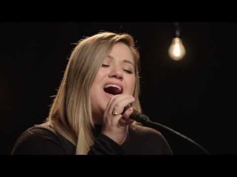 VIDEO: Kelly Clarkson Performs Acoustic It's Quiet Uptown; Then Duets on THE VOICE!