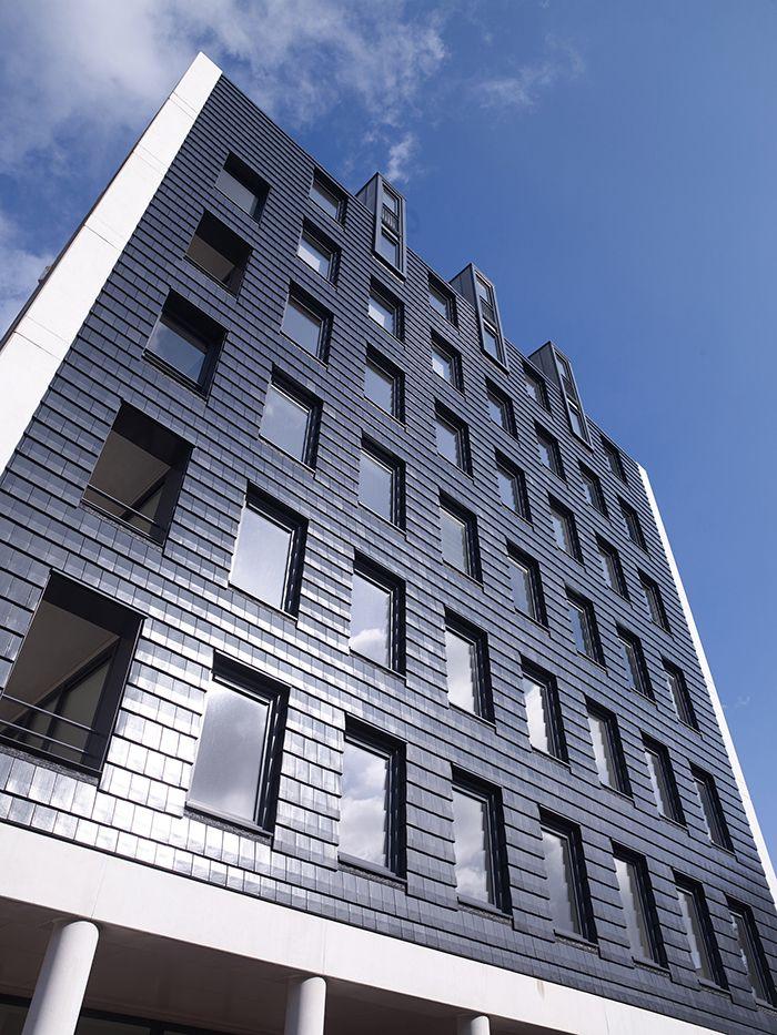 In de binnenring van Assen is een grootschalige woon- en winkelcomplex verrezen. Het niveauverschil met de binnenstad geeft een rustiek beeld, maar ook een architectonische uitdaging. Er is gekozen voor een markante colonnadegevel. De keramische dakpannen maken het huiselijke aspect zichtbaar.