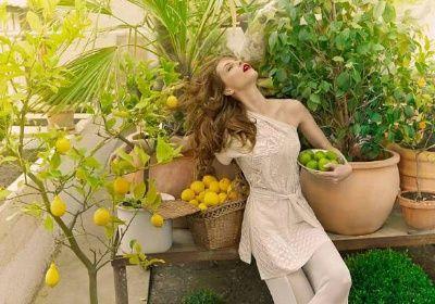 Kampaň pro butik Obsession, šaty - Emilio Pucci, model - Pavlína Němcová, autor snímku - Lucie Robinson, použitá textilie v pozadí - Květinová zahrada