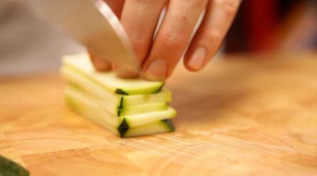 Quinoasalade met courgette en amandelen - Recept - Allerhande