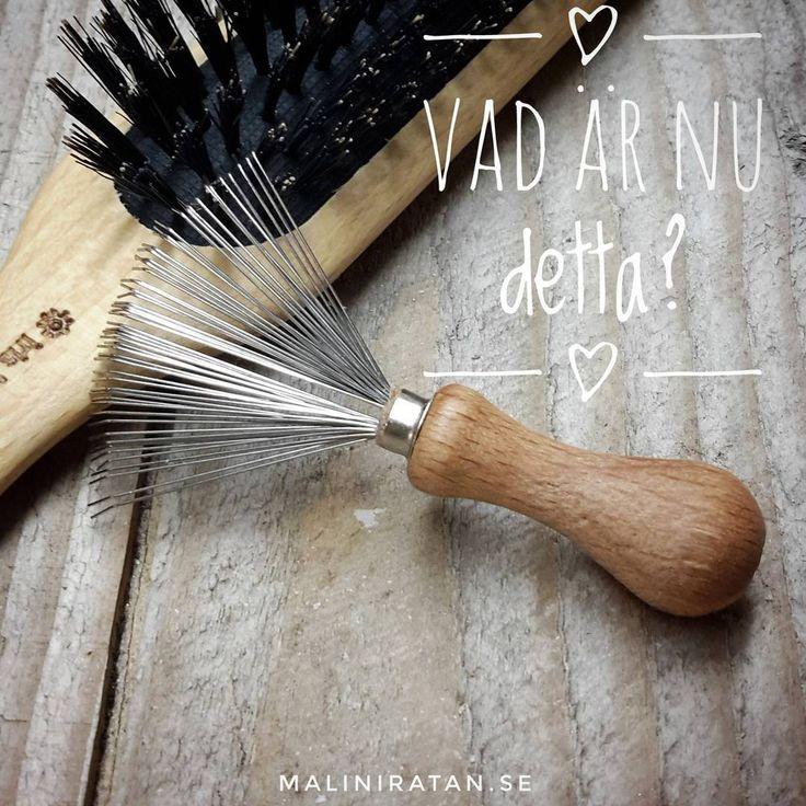 Jo! Detta är en borstrengörare! Du tar enkelt bort hår, smuts & damm från din hårborste, vilket förlänger hållbarheten på din borste & håller både ditt hår & borsten fräsch längre.   Finns att köpa på  maliniratan.se