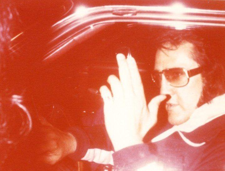 Elvis Presley última foto con vida Agosto_17_1977_graceland ( dale click a la foto para la historia  )