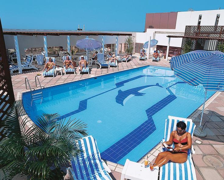 Hotel Jumeirah Rotana is een modern stadshotel met een centrale ligging ten opzichte van het centrum en het strand. Vanuit de fitnesszaal heeft u een mooi uitzicht op de stad.    Op het dak bevindt zich het zwembad van het hotel. Hier kunt u genieten van de zon op een ligbed.     De koks maken heerlijke maaltijden voor u klaar in de 3 verschillende restaurants. Aan de gezellige bar kunt u uw favoriete drankje bestellen.