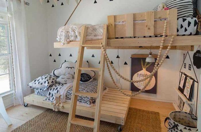 Должно быть, здорово, когда кто-то из родителей работает интерьерным дизайнером. У этих детишек не спальня, а загляденье — она светлая, забавная, функциональная. И все благодаря маме. Джинджер Кертис сделала в детской яркие белые стены, украсила ее простым декором и поставила там сделанные по специальному заказу деревянные кровати. У нижней кровати даже есть колесики, так что …
