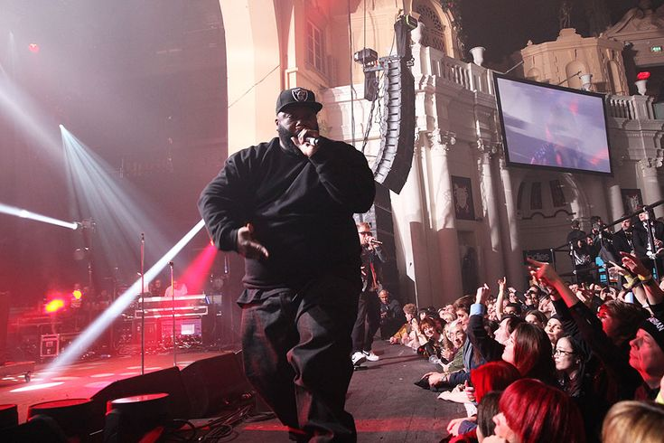 Killer Mike gets up close and personal with the fans. http://nmem.ag/JiV2I