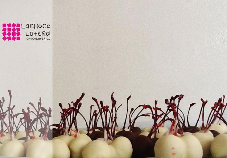 Cerezas cubiertas con chocolate blanco y de leche... Irresistibles...