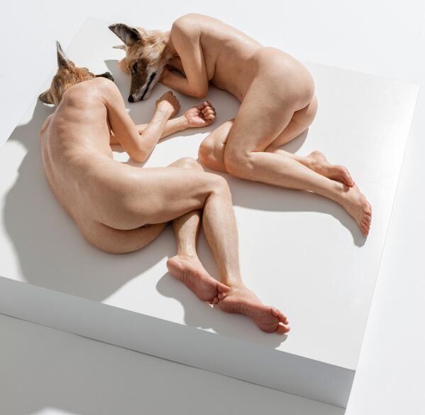 リアルすぎる人間を作り出すSam Jinksのシンガポールでの展示作品。すね毛までっ! (シリコン、ガラス繊維、樹脂と炭酸カルシウム)http://www.designboom.com/art/sam-jinks-sculpts-hyper-realistc-portraits-...