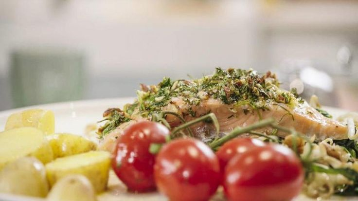 Zalm met noten-kruidenkorst op een bedje van spinazie | VTM Koken