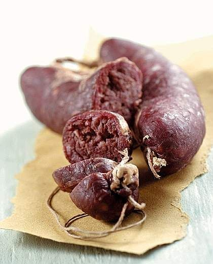 I boudin o sanguinacci, insaccati confezionati con sangue di maiale (o in alternativa con le barbabietole rosse), lardo, patate lesse e aromi, sono tradizionalmente abbinati in cucina con le patate rosse di montagna bollite.