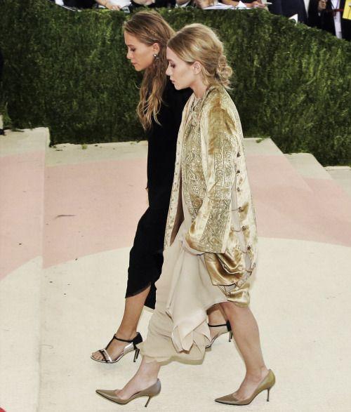Mary-Kate and Ashley attending the Met Gala 2016 (via olsensobsessive.com)