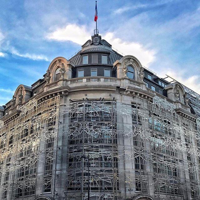 Bonjour Paris! Splende d'artigianato il palazzo del Ministero della Cultura di Parigi con un una struttura del 2005 di #FrancisSoler che la creò da un quadro rinascimentale di #GiulioRomano sito al Palazzo Té di Mantova. Ben cinquemila metri quadri di ferro che uniscono più palazzi e si armonizzano ai tetti in zinco di Parigi #MContheroad #paris  via MARIE CLAIRE ITALIA MAGAZINE OFFICIAL INSTAGRAM - Celebrity  Fashion  Haute Couture  Advertising  Culture  Beauty  Editorial Photography…