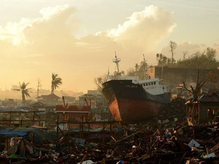 Maandag 25 november 2013: Een schip is gestrand bij de stad Tacloban als gevolg van de zware tyfoon in de Filipijnen.