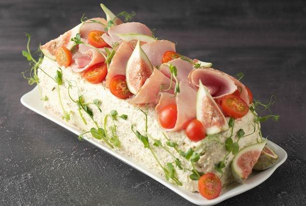 Voileipäkakku on monelle juhlapöydän ehdoton kruunu. Tässä klassinen kinkkuversio, jossa pohjana on käytetty itse leivottua vuokaleipää. http://www.valio.fi/reseptit/kinkkuvoileipakakku-1/