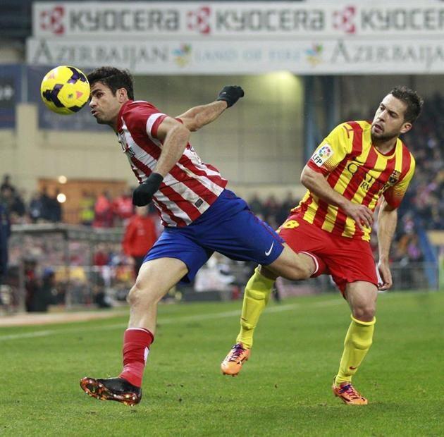 GRA239. MADRID, 11/01/2014.- El delantero del Atlético de Madrid Diego Costa (i) escapa de Jordi Alba, del FC Barcelona, durante el partido ...
