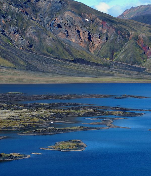 Kráterové jezero Frostaðavatn, ostrůvky v jezeře byly vytvořeny lávou stékající z nedalekého vulkánu v pohoří Manshraun