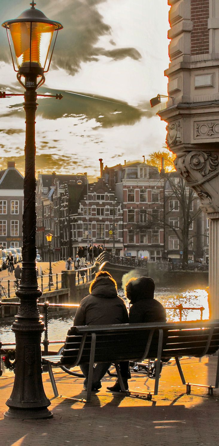 Partilhem o banco e apreciem os canais de Amesterdão. // Share a bench and appreciate Amsterdam's canals.