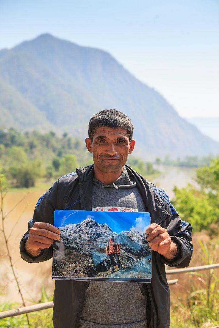 На фото знакомый многим нашим туристам портер Лок. Носильщики - незаметные помощники на треке. Но от группы к группе все остаются им благодарны за тяжёлый труд. Так в эту поездку в Непал мы подарили ему фотографии, которые сделали и передали ребята из предыдущей группы.   С уважением к приключениям, команда hikeup.net