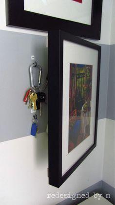 Schlüssel hinter den Bilderrahmen hängen