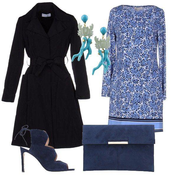 Un outfit elegante, adatto per partecipare ad una cerimonia di giorno. Un tubino elasticizzato a maniche lunghe con una meravigliosa fantasia sui toni dell'azzurro, un soprabito in taffetà di Kaos, dei simpatici orecchini con chiusura con farfallina, un paio di sandali blu effetto scamosciato come la pochette.