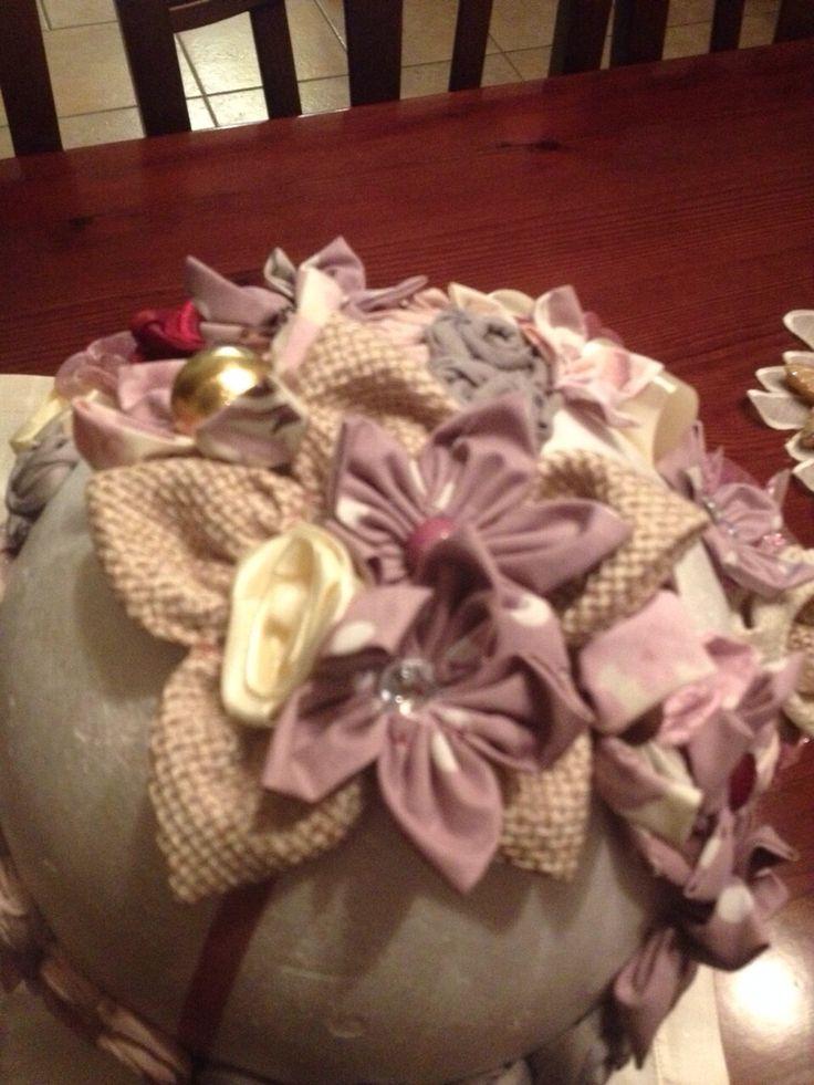 Palle di polistirolo decorative ricoperte con fiori di stoffe e bottoni di recupero.. Inizio