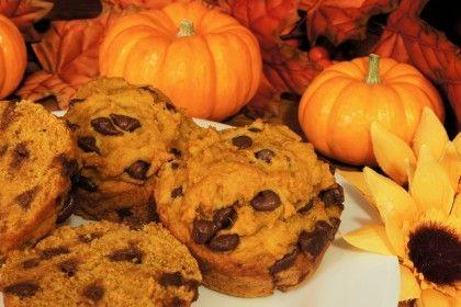 Ricetta muffin zucca e cioccolato - Sono ottimi per gustare con dolcezza un ortaggio di stagione nutriente e sano come la zucca, anche in versione vegan.