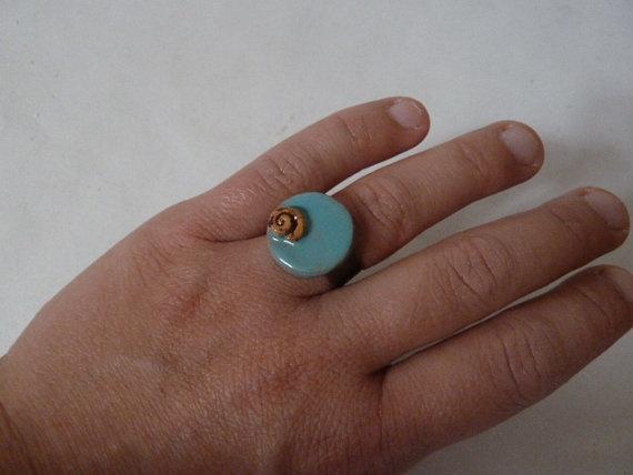 Anello in metallo regolabile al dito con ceramica di LabLiu, €15.00
