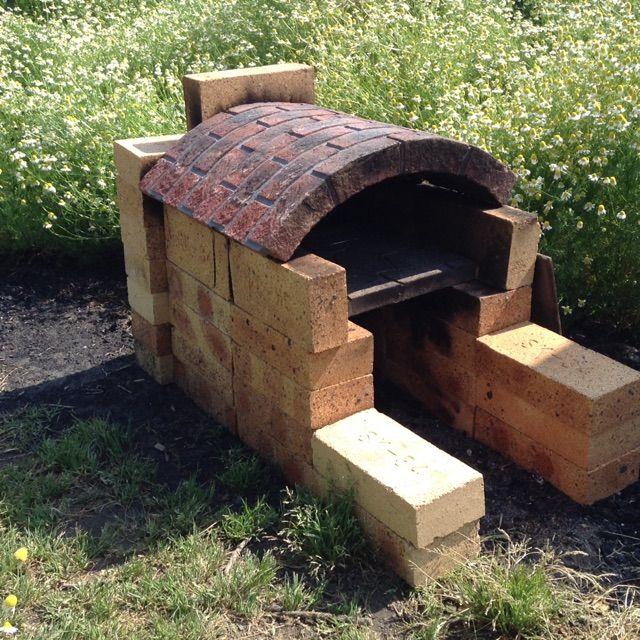 耐火レンガと花壇用のレンガ丸みのあるものと平板石を組み合わせて 釜をつくりました