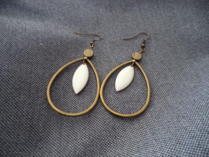 Boucles d'oreilles goutte bronze avec navette émaillée écru : Boucles d'oreille par plumecreative