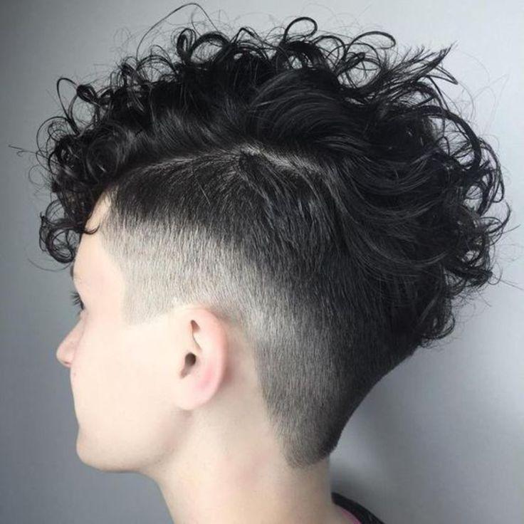 Undercut Locken Frau schwarze Haare mehr und weniger rasiert lässige haare