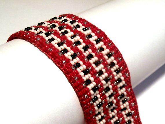 De oorspronkelijke een van een soort armband. Gemaakt met hoge kwaliteit Tsjechische glaskralen zaad.  Approx breedte: 1,18(3cm) Approx lengte: 5.51(14cm) Ketens van lengte: 2.76(7cm) Kralen van grootte: 11/00  De keten staat de armband passen verschillende groottes van de pols.  Geïnspireerd door de natuur, kleuren en ornamenten.  Gratis verzending.  Welkom op mijn afbeelding, tekening, collage, mixed media en schilderij winkel ook www.etsy.com/shop/KariatideLV