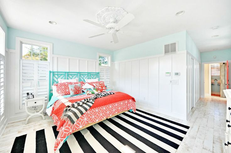 Коралловый цвет в интерьере: 85+ теплых и гармоничных сочетаний для дома http://happymodern.ru/korallovyj-cvet-v-interere-osobennosti-ispolzovaniya/ Светло-голубые стены и яркий текстиль кораллового цвета разных оттенков в спальне пляжного стиля