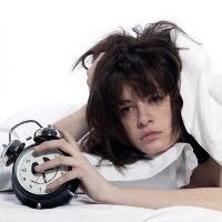 Dalam kehidupan modern yang serba terburu - buru, rasa nya jarang ada orang yang bisa bangun pagi tanpa alarm. Padahal kebiasaan dibangunin alarm ini bisa berdampak buruk bagi kesehatan, yakni membuat seseorang cepat gemuk karena mengalami jet lag sosial.    Menurut para peneliti dari University of Munich, bunyi alarm ponsel maupun jam beker di pagi hari sangat mengganggu jam biologis tubuh. Secara alami tubuh memiliki siklus rasa mengantuk, yang jika terganggu maka sangat mempengaruhi…