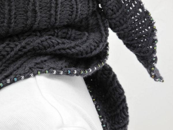 hand knitted scarf handgestrickter Triangle-Schal mit Perlenverzierung