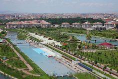 Denizi olmayan Eskişehir... Denizi olmayan Eskişehir'de plaj sezonu açıldı. Büyükşehir belediyesinin Kentpark içinde yer alan yapay plajda yürüttüğü hazırlık çalışmaları tamamlandı ve vatandaşların hizmetine sunuldu.