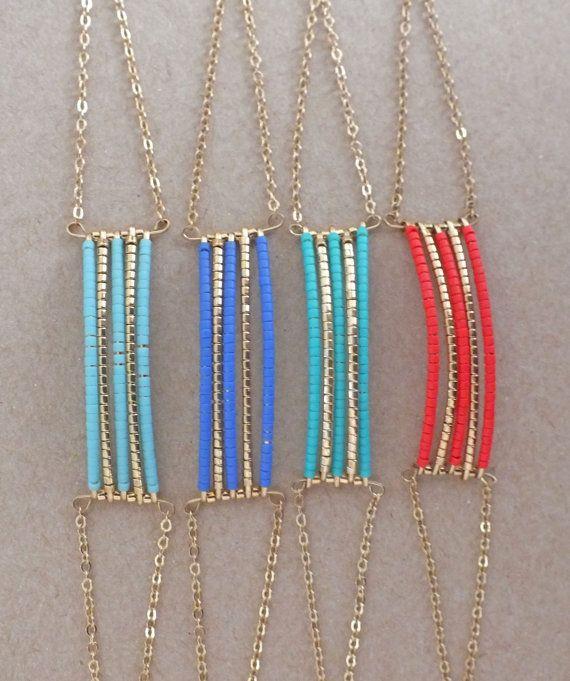 Bracelet en perles Miyuki, fil et chaîne en laiton doré. Il possède une chaînette dextension afin de convenir à tous les poignets. Il existe