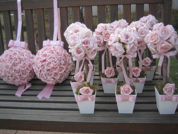 Valor unitário de cada topiara: R$ 22,90 Valor unitário de cada bola flores G: R$ 89,90  Podem ser vendidos separadamente  Topiara rústica de rosas em e.v.a cor rosa bebê, em um tronco seco e desidratado com vaso branco em MDF laço e fita channel, topiara contém 13 rosas medidas vaso: 11x11 altura total com arranjo 35cm.  Linda bola de flores cor rosa bebê mede aproxi.23x23 - vão em média 75 rosas bola grande!Acompanha fita para pendurar e laço channel bolas disponíveis nos seguintes…