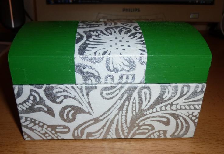 Caja de madera forrada con papel touch y pintada en acrílico verde.